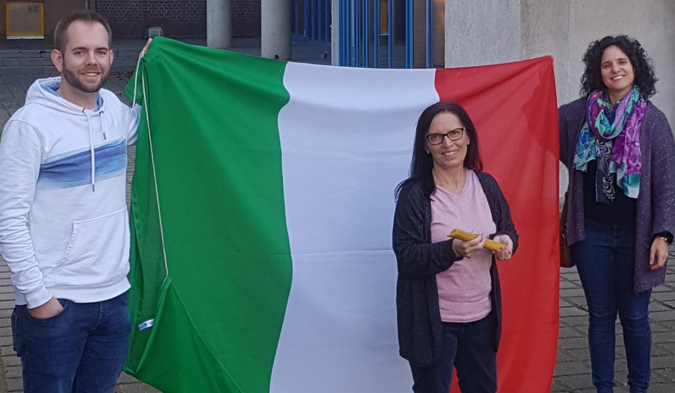 Das Bild zeigt die Italienischfachschaft mit einer Italien-Flagge