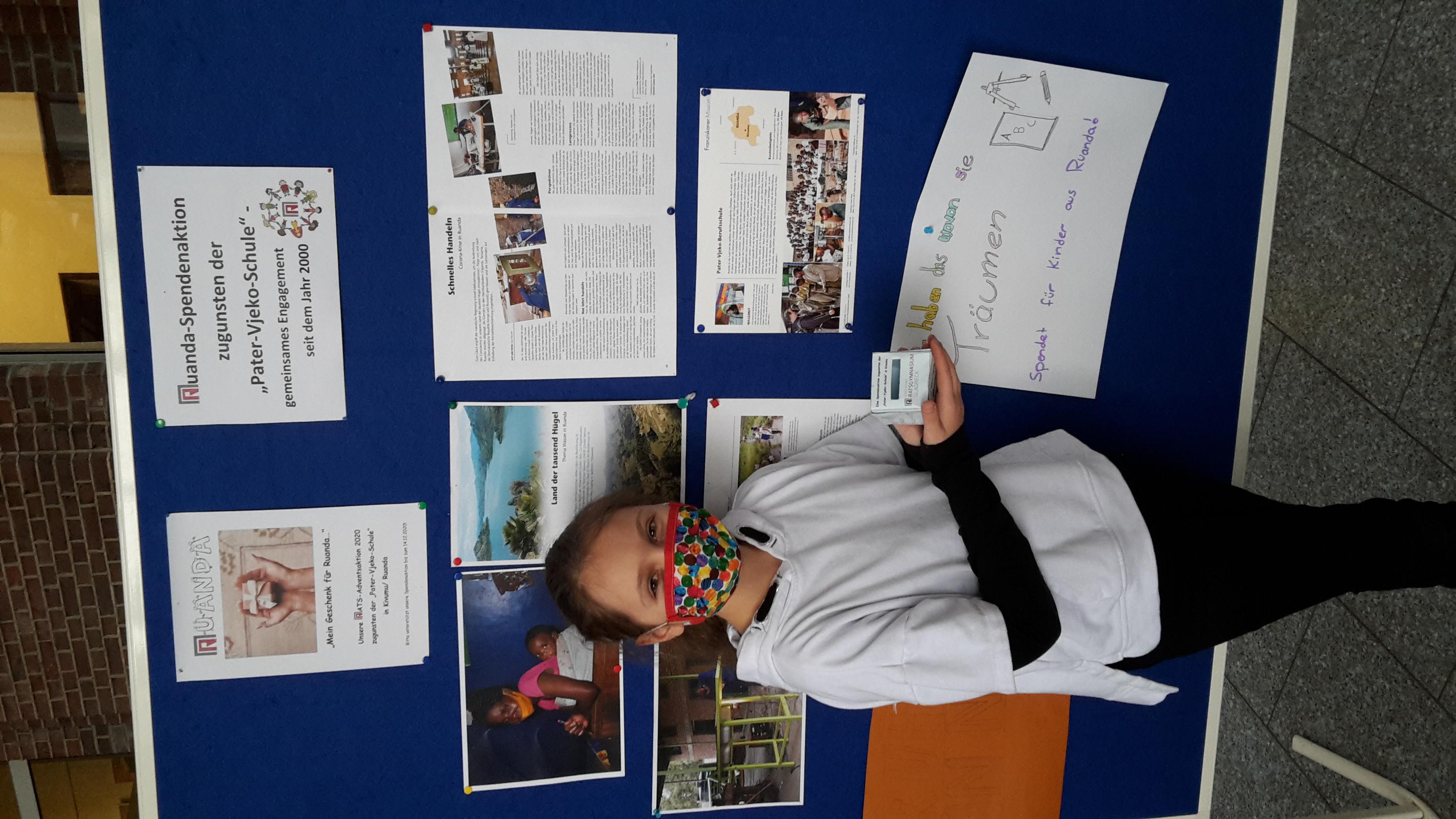 Das Bild zeigt eine Schülerin vor einer Stellwand, die das Projekt vorstellt.