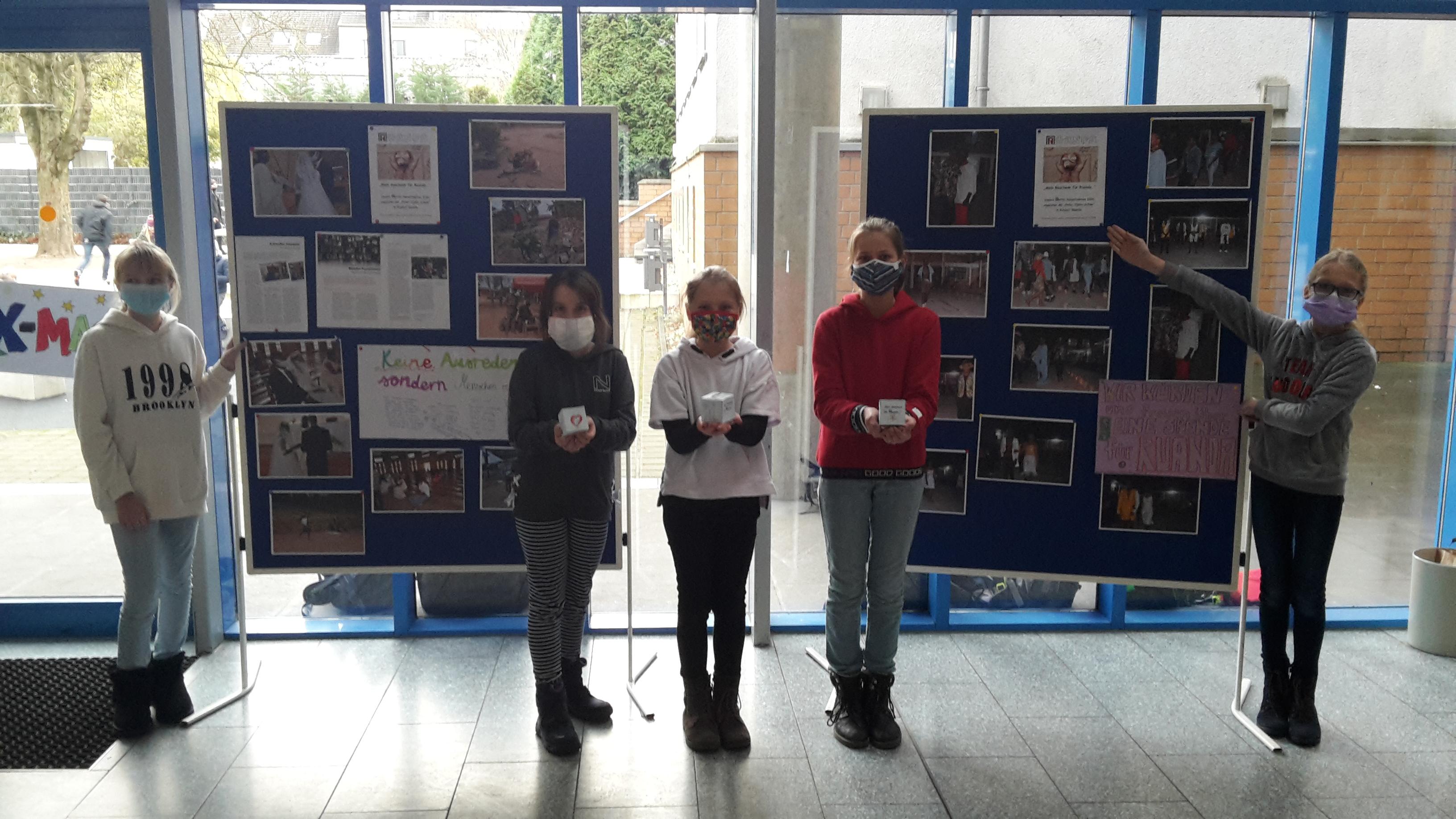 Das Bild zeigt Schüler vor zwei Stellwänden, die das Projekt vorstellen.